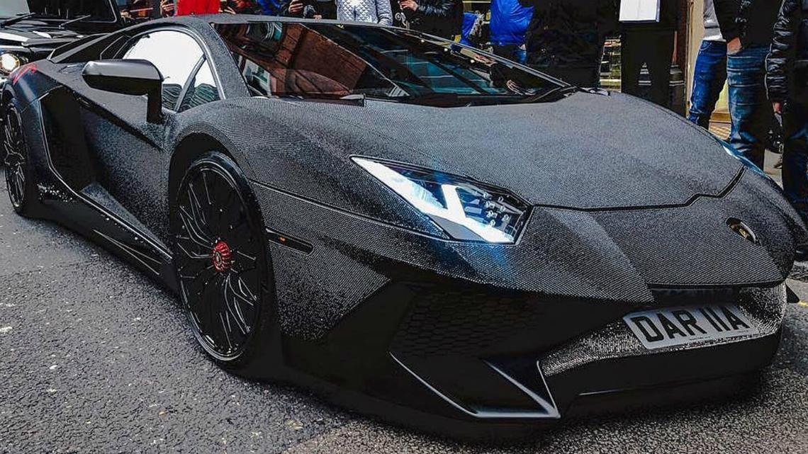 Червено Lamborghini Aventador се превърна в кичозно Swarovski бижу