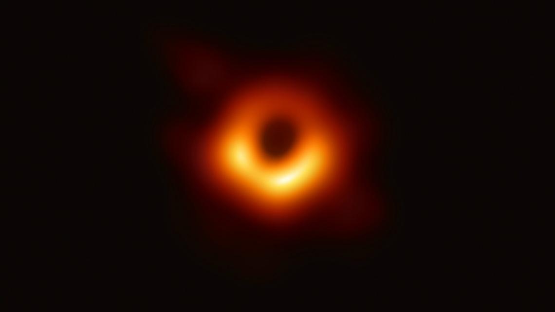Учени заснеха истинска черна дупка