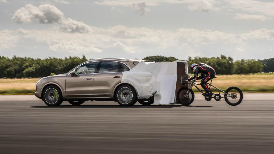 Луд британец влезе в Книгата на Гинес с рекорд от над 280 км/ч с... велосипед