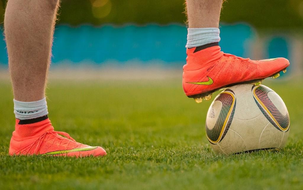 По чорапи и бутонки: футболисти на протест срещу ФИФА