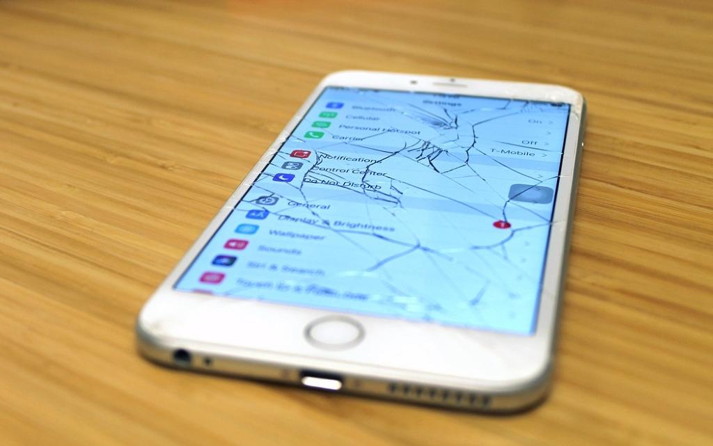 Защо новите смартфони се ремонтират трудно?